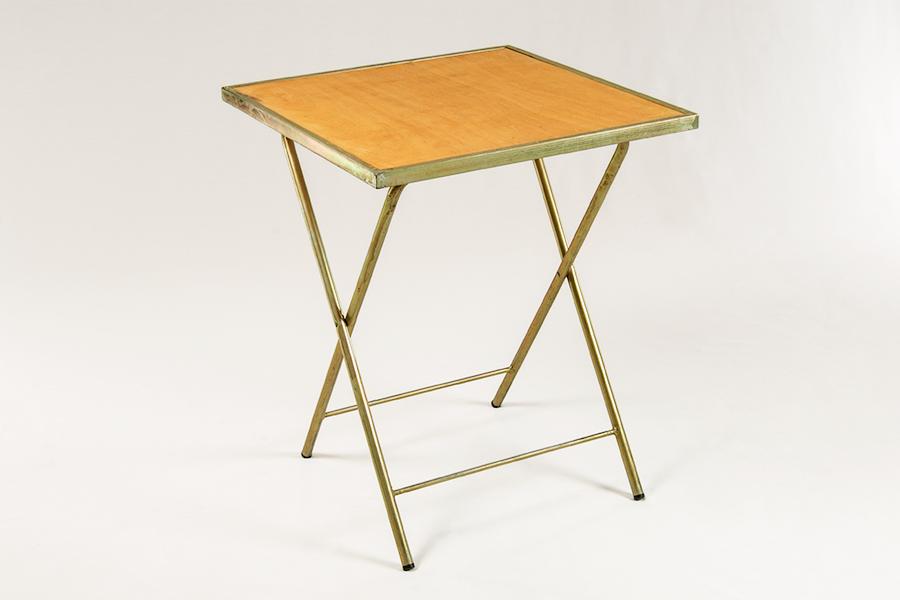 Alquiler de mesa plegable sobre madera estructura de for Mesa plegable plastico